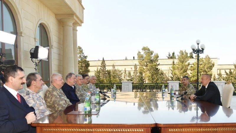 خبرنگاران وزیر دفاع ترکیه به جمهوری آذربایجان سفر کرد