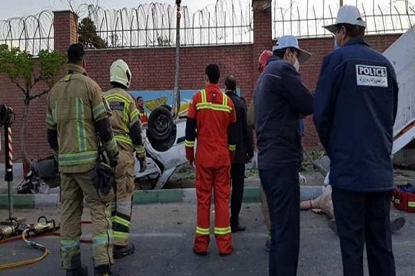 برخورد شدید پژو با پایه پل عابر پیاده، 5 نفر مصدوم شدند